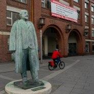 Quo Vadis Mobilität? Adam Opels Statue in Rüsselsheim vor dem alten Betriebsgebäude, das nach Mietern sucht. (Foto: S. Herold)