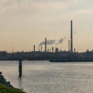 Das Rohöl strömt per Pipeline zur MiRO, die raffinierten Produkte werden teils verschifft: Der Karlsruher Ölhafen. (Foto: S. Herold)