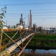 Idyllisch mit und ohne Pandemiemodus: Die Alb führt zwischen den beiden Raffinerieteilen hindurch. (Foto: S. Herold)
