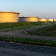 Unentbehrlicher Treibstoff der Gegenwart mit ungewisser Zukunft: Tanklager der MiRO. (Foto: S. Herold)